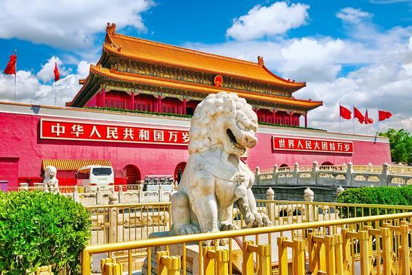 Lew na placu Tiananmen w pobliżu Bramy Niebiańskiego Pokoju